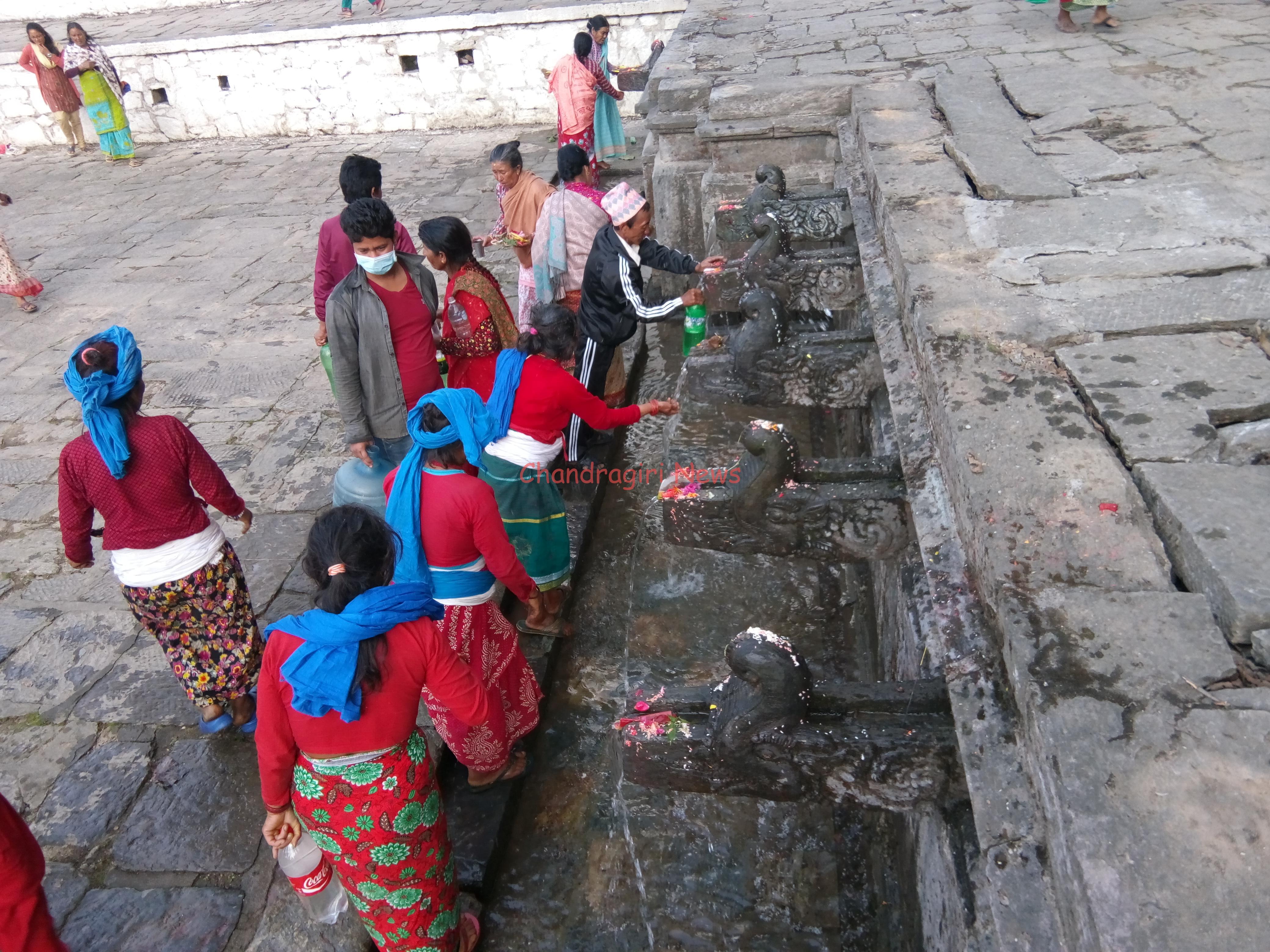 Chandragirinews IMG_20170425_170740 अाज मातातीर्थ अाैँसी, डिपबोरिङको पानीले नुहाउँदैछन् मातातीर्थ पुगेका तीर्थालुहरू मातातिर्थ    chandragiri