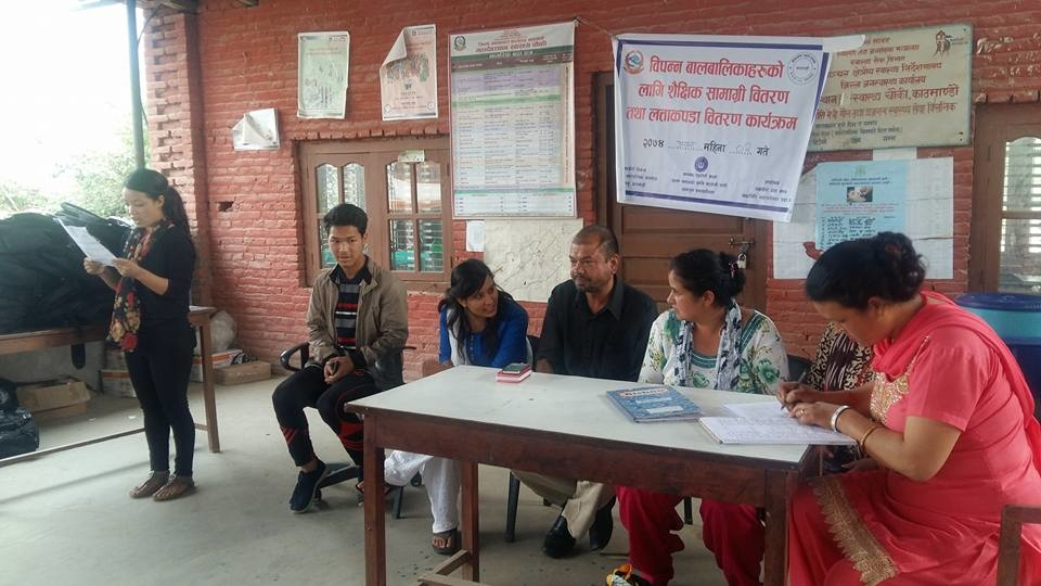 Chandragirinews 19059723_2326147790943057_50192209549282378_n बालबालिकालार्इ शैक्षिक सामाग्री वितरण नगरपालिका महादेव स्थान शिक्षा समाज    chandragiri