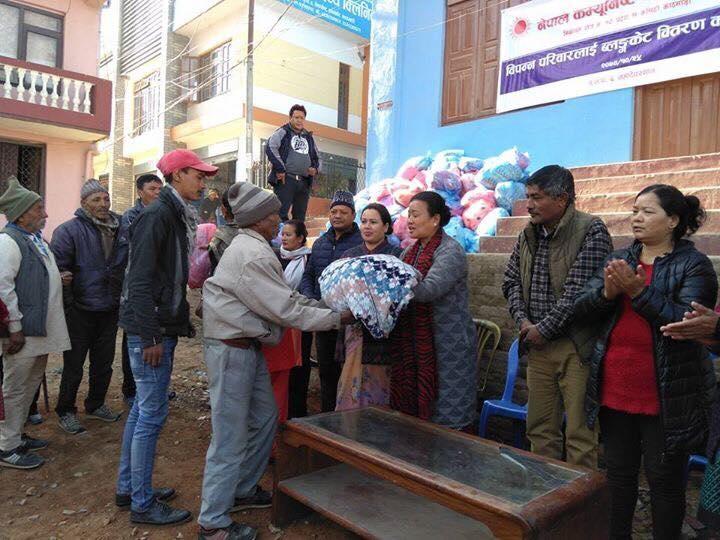 Chandragirinews 1-1 ३ नं. प्रदेश सभासद रमा आलेमगरबाट विपन्न परिवारलाई बल्यङ्गकेट वितरण ब्रेकिंग न्युज महादेव स्थान    chandragiri