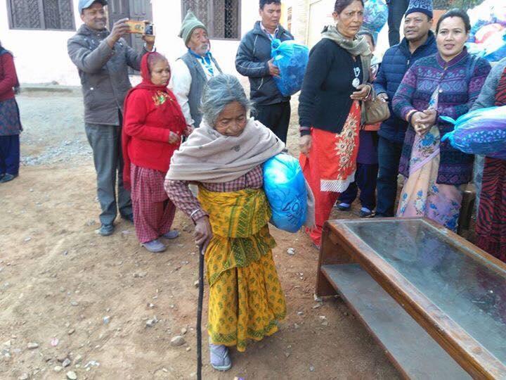 Chandragirinews 2-1 ३ नं. प्रदेश सभासद रमा आलेमगरबाट विपन्न परिवारलाई बल्यङ्गकेट वितरण ब्रेकिंग न्युज महादेव स्थान    chandragiri
