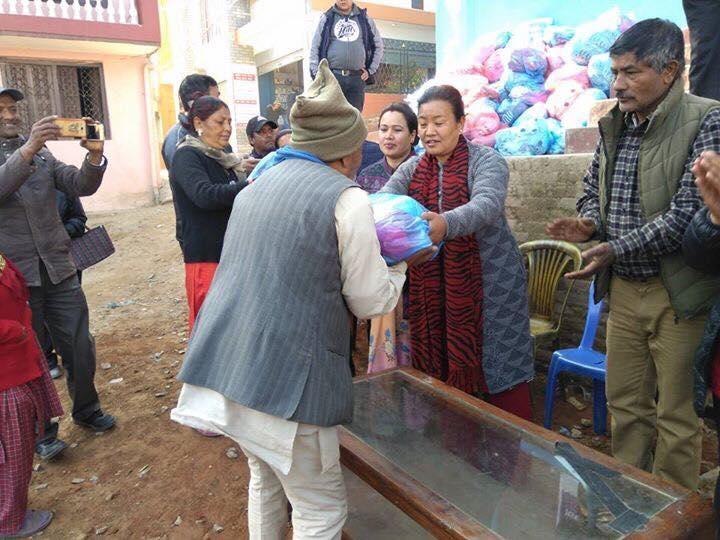 Chandragirinews 3-1 ३ नं. प्रदेश सभासद रमा आलेमगरबाट विपन्न परिवारलाई बल्यङ्गकेट वितरण ब्रेकिंग न्युज महादेव स्थान    chandragiri